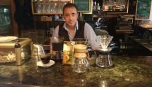 Juan Antonio junto a su selección de cafeteras Chemax, V60 y prensa francesa
